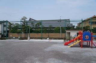 普通の児童公園だが、その奥中央に注目