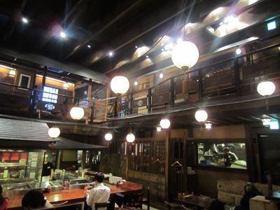 しかし雰囲気のある、ナゾな和風の店だ…。