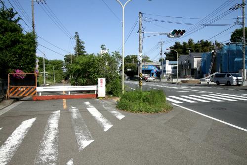右の道路が通された事で、左の道が廃道となった場所
