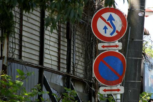 道路標識も薄汚れ、なんとも切ないたたずまいだ