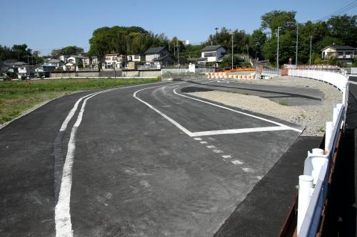 その裏に迂回用の暫定道路がまだ残っていた
