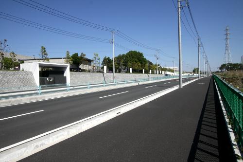新しく通された幅の広い車道の横にそれはあった