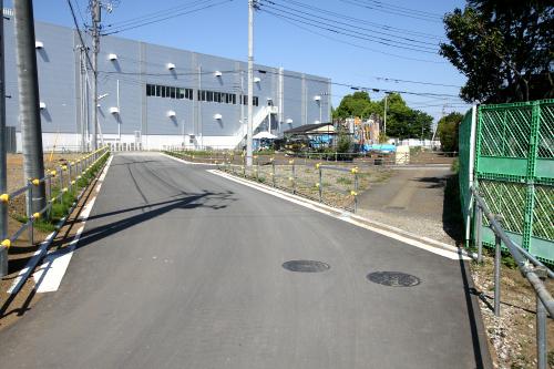 左の新しい道路が敷かれ、右の路地が廃された