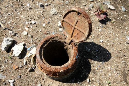 路地の脇にあった何かの管。錆の堆積が歴史を感じさせる