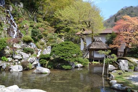 小さな小屋は、日本画家、田能村直入が作った茶室