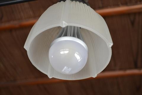 電気のホヤは昭和っぽいレトロモダンなデザインだけど、中身はLED電球