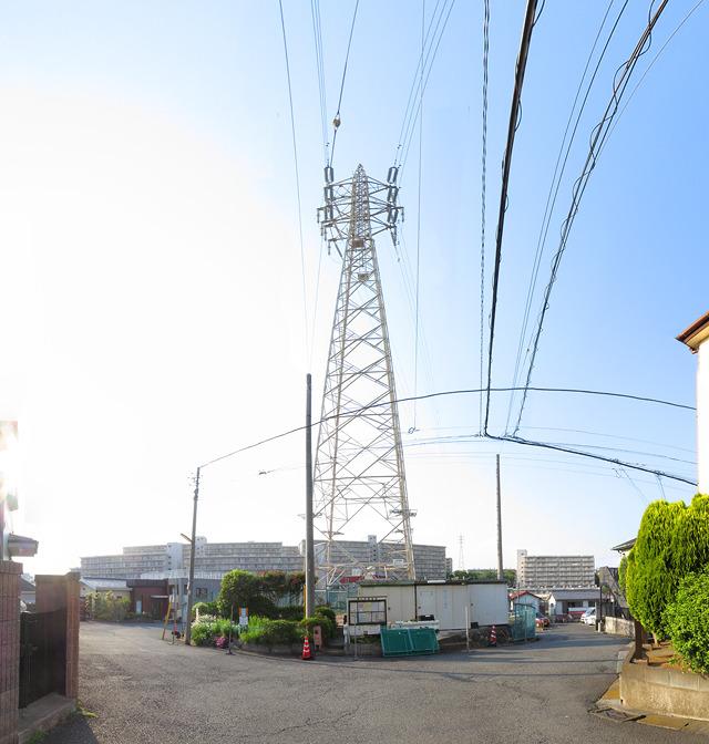 というわけで、本ページ冒頭の横浜の鉄ラ。中心部に掲示板や倉庫が置かれたこなれぶりがいい(大きな画像はこちら</a>)。