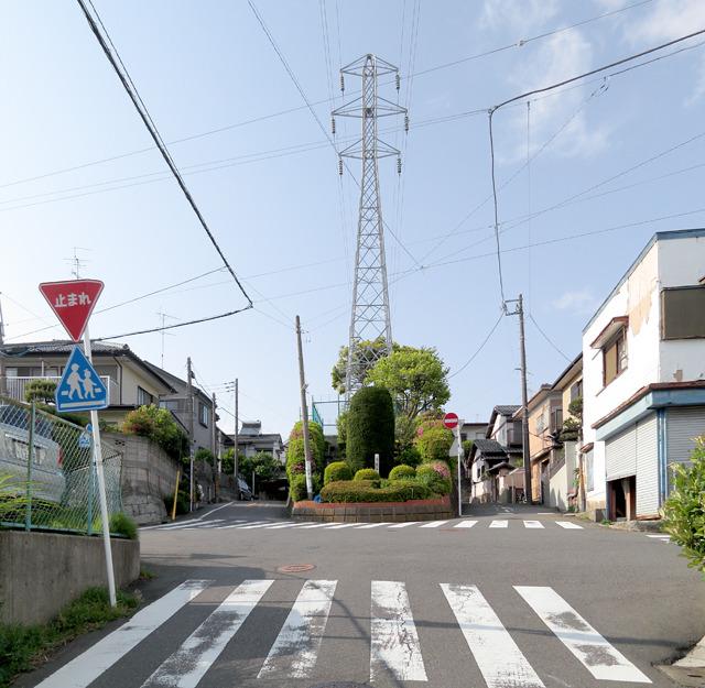 ここだ!両側に一方通行の道路が。円形ではないが正真正銘の鉄ラだ!