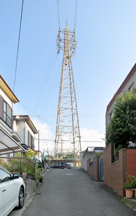 だから道を歩いていて「見上げると、送電線」ということがよく起こる。見上げませんか、送電線、ぼくだけですか。