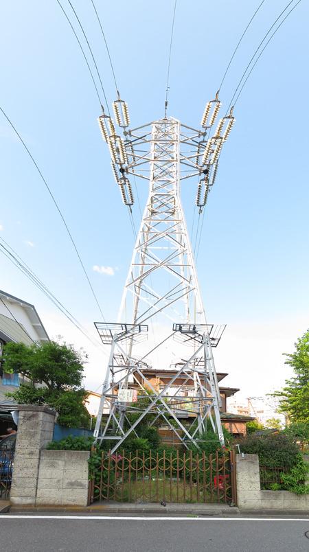 こちらはびっくり!「マイ鉄塔」!鉄塔の下がガレージ&庭!うらやましい!(大きな画像はこちら</a>)