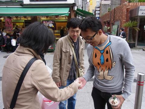 質問に答えてくれ人には浅草名物人形焼をお礼に渡す。