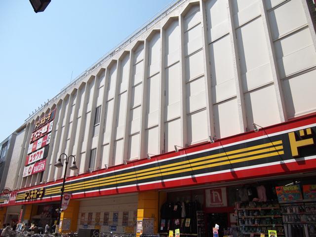 1階はおなじみのテンションだが、建物の上部に目をやれば、壁のデザインからにおいたってくる「あの頃」感。