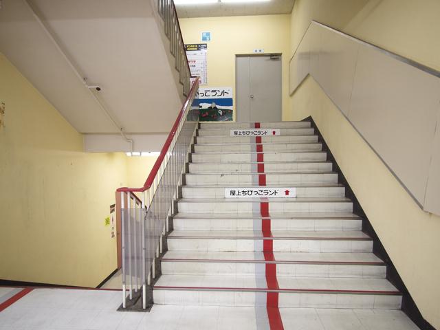 エスカレーターをのぼりきって階段を進むと、一気に「あの頃」が濃くなる
