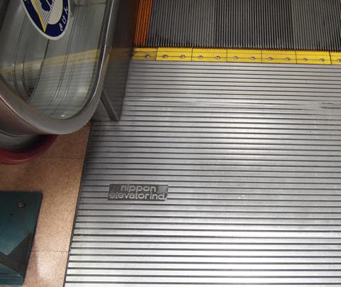 nippon elevator ind. 、日本エレベーター工業のものだ。エスカレーターファン歴10年目にして初めて見たメーカーである。ほんとよく見つけてくれたと感謝することしきり。こんなの存在することすら知らなかったよ…!