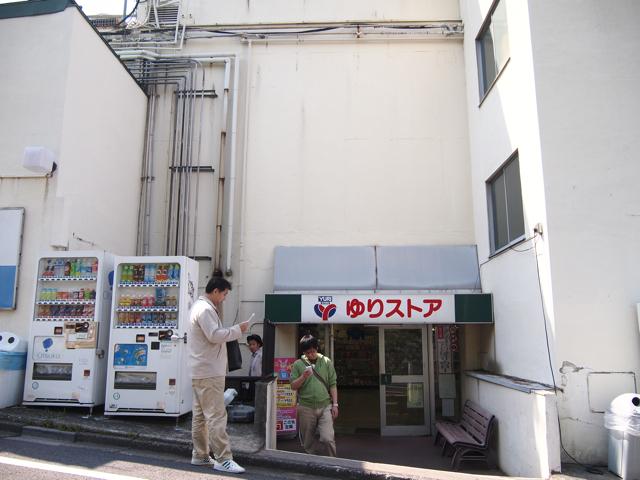 ゆりストアは2階の裏口から外に出られるという、さすが神奈川な地形に建っている。