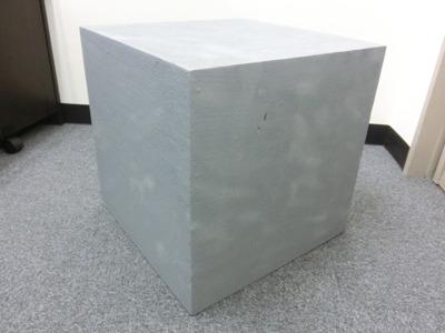 見事な直線に切り出された石の台座