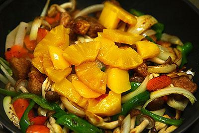 マンゴーもパイナップルも黄色いので違和感がない。