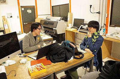 テクノ手芸部よしださん(左)、アーティストの菅野創さん(右)