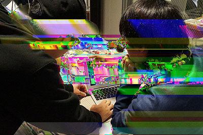 文章が続くので埋め草写真を。パソコン側のソフトを作った菅野さんがもうすぐ海外に行くというので、この日はヌケメさんが使い方を習っていた