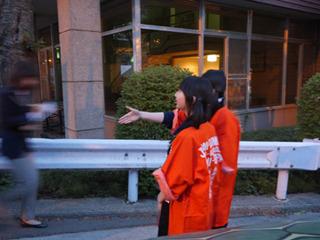 ギネス認定員を握手でまちかまえる長谷川さん。そこ攻めるか。