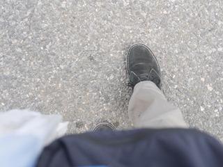 634歩でうどん屋まで行ければ記念品がもらえる。傘より長いうどん「六三四」が邪魔だ