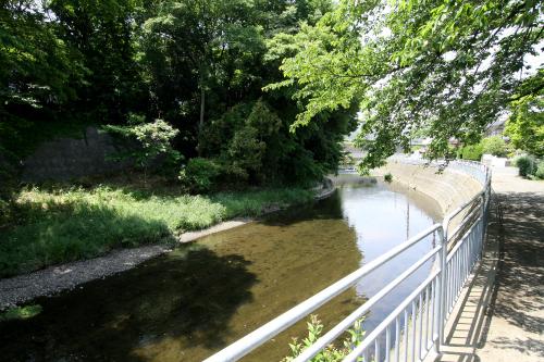 この川沿いの斜面にも防空壕があったはずだ