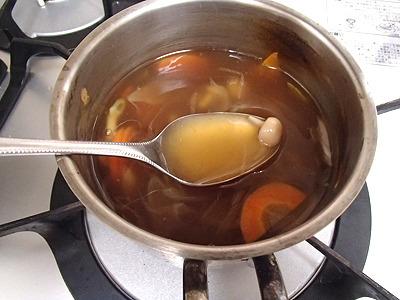 シメジやニンジンを鶏ガラだしで煮て、醤油やコショウで味付け。最後に水溶き片栗粉でトロ味をつける。かなりトロトロにした。