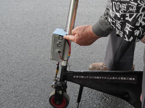 「片手で持って行ける軽さで大人が乗れる電動三輪車」書いてあるな