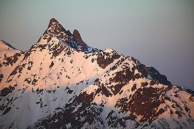 朝日に照らされる槍ヶ岳もボラギノールメソッドを施すと。