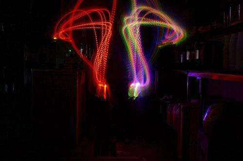 光るラジオ体操第二「腕を前から開き、回す運動」