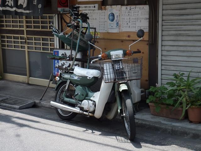 これはカブっぽいけれども「メイト」という別のバイク。そしてやっぱりこれもガムテープで補修されている(ライトのところ)