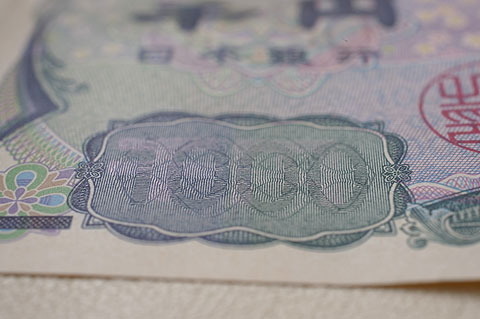 千円札にはホログラムが無い代わりに、見る角度によって「1000」とも「千円」とも読めるギミックが付いてる。