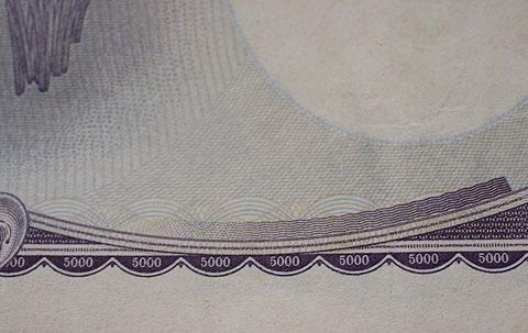 5千円札に書かれている5000,5000,5000。これ自体も相当小さい字だが…