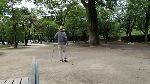 ステッキを2本使った歩き方は戦時中に習ったのだとか。82歳。