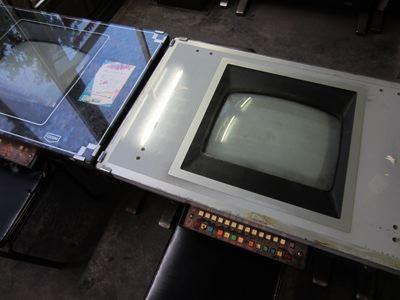 もう片方の店は、ゲーム筐体はあるけど、電源が入ってない。動かしてないだけなのか、壊れているのか…。