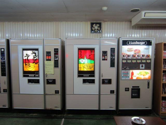 うどん、ラーメン、ハンバーガーと自販機が並んでいるのに、見慣れてしまって、もうレア感を感じない。