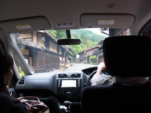 しかも温泉まで連れて行ってもらう事に。途中、妻籠宿という昔そのままの宿場町を通ったり木製の珍しい橋を見たりとプチ観光
