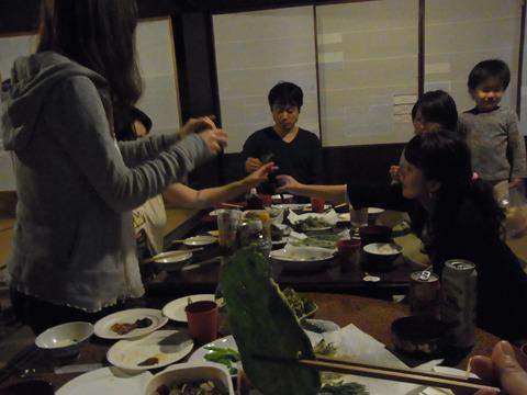 帰ったあとは自分達で食事を用意。プラス、近所の方が地元ならではの料理を差し入れしてくれた。飯嶋さんの天ぷらも最高!