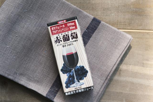 紙パックだが、グラスがプリントされている。スジャータの「赤葡萄」