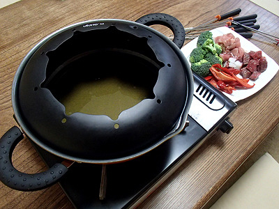 コロッケを揚げたラードを直ちにこしてフォンデュ鍋にセット。小さく切って塩コショウした肉や野菜を用意したら油祭りの準備完了。