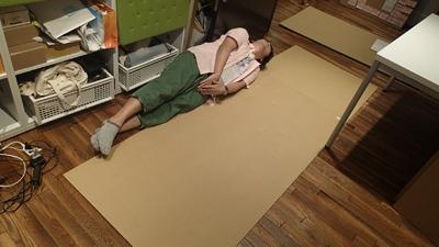 ハンズでいちばん大きなダンボール板が長さ180cmだったので、2枚組み合わせて2メートル超えを目指す(ちなみに筆者は168cm)