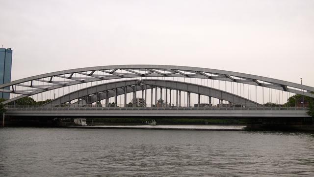 伏線としての大川を渡る橋。これは新旧隣り合わせに架けられた珍しい橋。新しいほうはあの安藤忠雄氏の設計である。