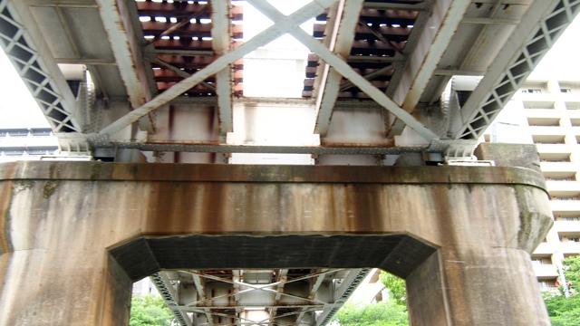 スタンダードな複線の鉄道橋。うむ、鉄道橋ってこういうのだよね。