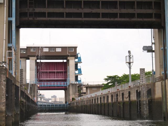 と門があがって、2つの門の間に閉じ込められる。ここで水位を調整して
