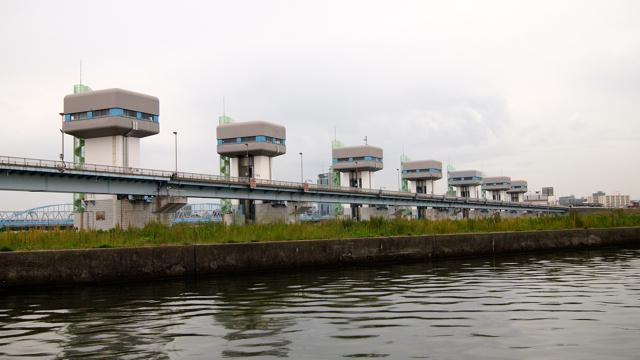 そして閘門を出たところで待っている、淀川大堰。なんだかめちゃめちゃ悪者っぽいやつらが並んでいる。