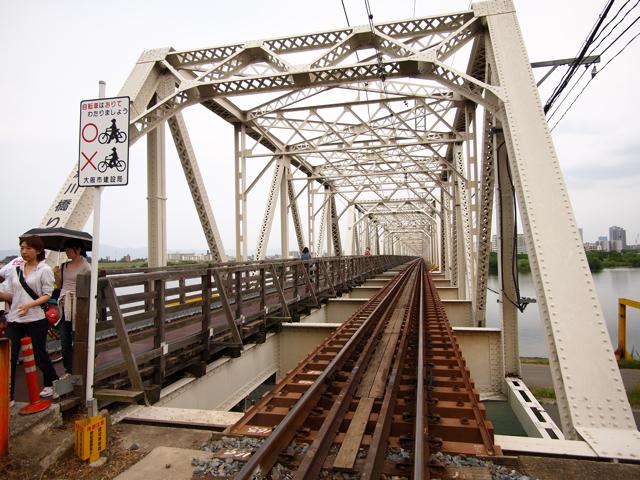 振り向くと橋は複線なのであった。