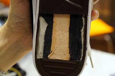いっぽう靴の方は、部品を埋め込むために靴底を削る