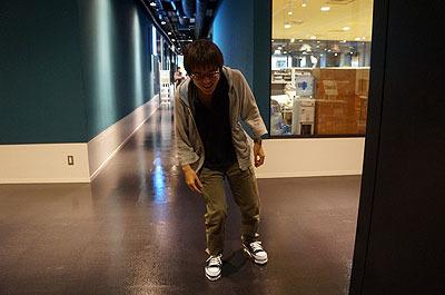 片足に体重をかけないように歩く。遠目で見てた人に「踊ってるのかと思った」とのコメントをいただきました