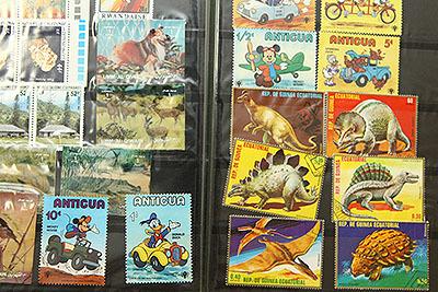 恐竜の切手など。色使いがすごい。