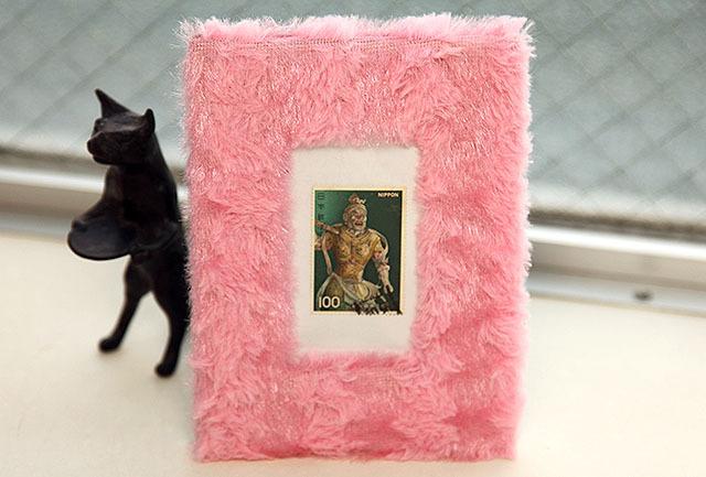 ふわふわフォトフレームってのもあったので、仁王像の切手を入れてみた。可愛い。